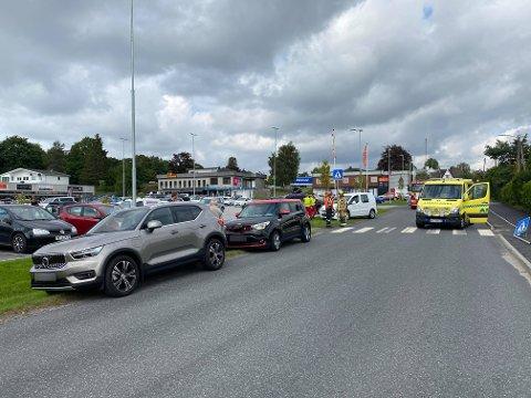 Tre biler har kollidert på stedet.