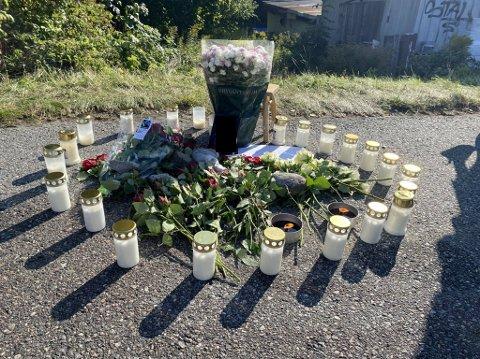 I SORG: Familie og venner av den avdøde har lagt ned blomster og lys på stedet der den 34 år gamle mannen ble drept i morgentimene lørdag. Sarpsborg Arbeiderblad har valgt å sladde bildet av avdøde, ettersom politiet ikke offentlig har gått ut og bekreftet avdødes identitet.