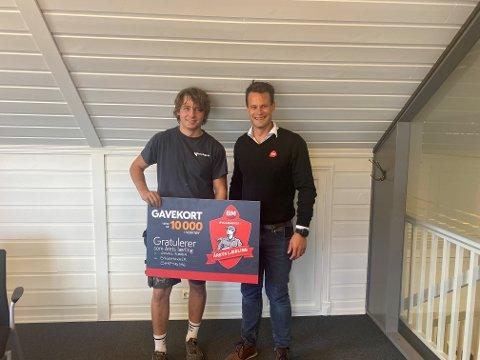 VANT: Jonas Røren (til venstre) ble kåret som årets lærling i Østfold og fikk premien overrakt av salgssjef i Byggmakker Sarpsborg, Stian Halvåg.