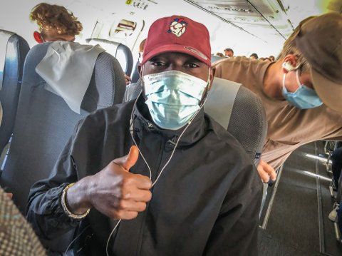 Flyturen fra Oslo til Haugesund gikk til slutt bra. Ibrahima Kone slappet av av med musikk på ørene i luften.