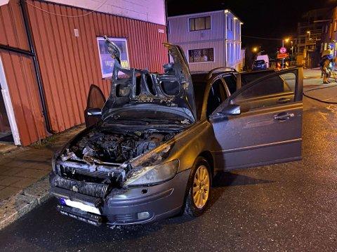 Det begynte å brenne i motorrommet på en personbil i Sarpsborg sentrum onsdag kveld. Brannvesenet fikk raskt slokket brannen.