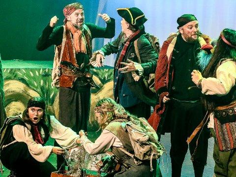 Piratene samlet rundt skatten: Vi ser blant annet Anniken B. Lundberg, Dag Brandth, Aina B. Gundersen, Johannes Lindrupsen, Mikkel Maanum og Frida Hansen.