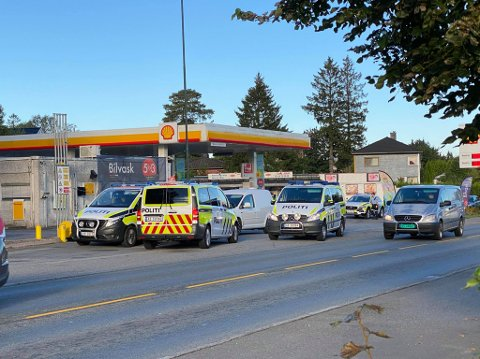 Politiet er ute med flere biler for å lete etter en savnet 19-åring.
