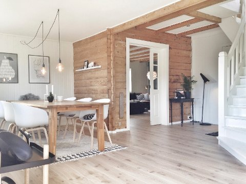 Vakre tømmervegger i kombinasjon med en moderne innredning gjør hjemmet til Marthe Therese Brauten i Namsos helt unikt.