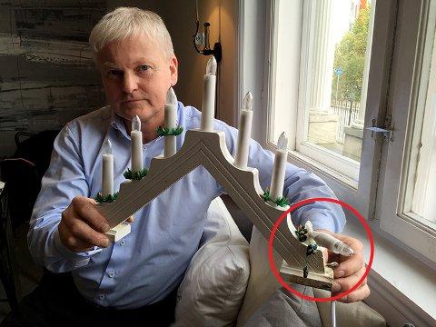 Brannekspert Odd Magne Skjerping med adventsstaken som tok fyr og sotet ned hele huset.