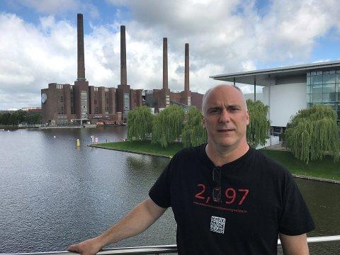Bjørn-Tore foran VW-fabrikken i Wolfsburg, som har produsert 43 millioner kjøretøy siden 1938. I dag har fabrikken 70.000 ansatte og det lages 3.600 biler om dagen, av merkene Touran, Tiguan og Golf Sportswagon.