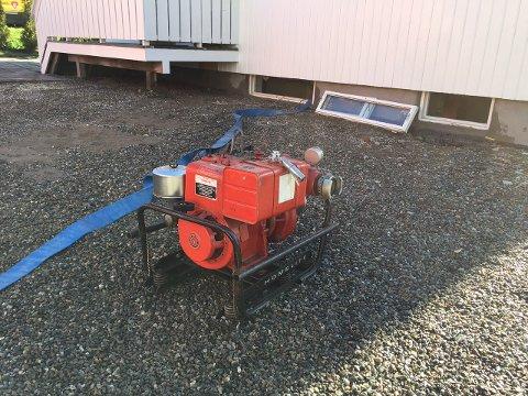 PUMPER: Brannvesenet satte igang pumper for å tømme kjelleren for vann.