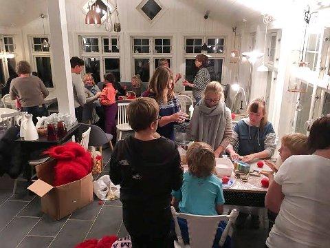 Kreative for korpset: Mange var samlet for juleverksted på Havnås gamle skole nylig, for å lage produkter til korpsets tradisjonsrike julebasar. Foto: Ingrid Risbråthe Kleppe
