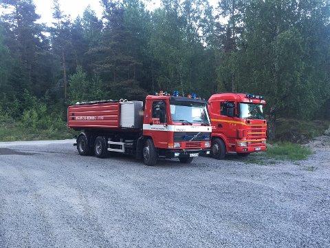 Indre Østfold Brann og Redning er på plass. Mannskapene ble rodd over Stiklatjern til brannstedet.  Foto: Glenn Thomas Nilsen.