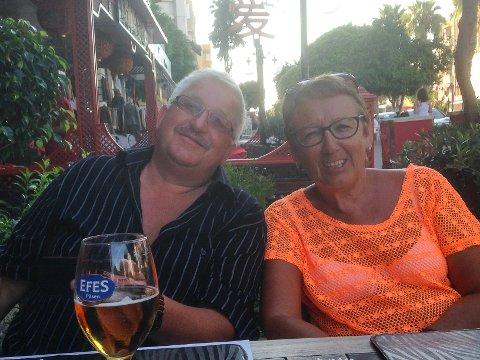 KOSER SEG: Gunnar og Wenche Åsland stortrives i Tyrkia. Her sitter de på restaurant da de var nede i mai.