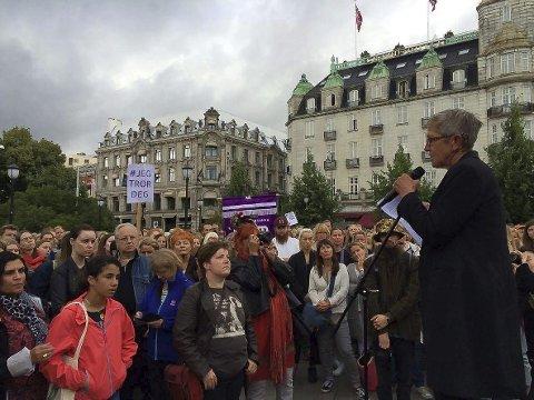 APELL: Tove Smaadahl, leder av Krisesentersekretariatet, holdt appell foran Stortinget mandag. Hun mener kvinner ikke kan føle seg trygge noe sted.