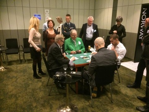 Spilte selv: Prins Henrik av Danmark spilte også selv under turneringen. Her sitter han blant annet med den profesjonelle pokerspilleren Gus Hansen (t.h.).