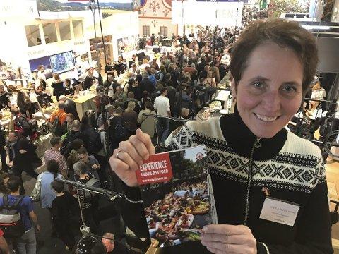 Kritisk: Grete Flæsen Elgetun er reiselivskoordinator i Visit Indre Østfold. Hun lurer på hvordan det nye kommuneneavnet vil påvirke markedsføringen av regionen Indre Øsfold. Bildet er tatt da hun delte ut brosjyrer under matmessen i Berlin i januar.
