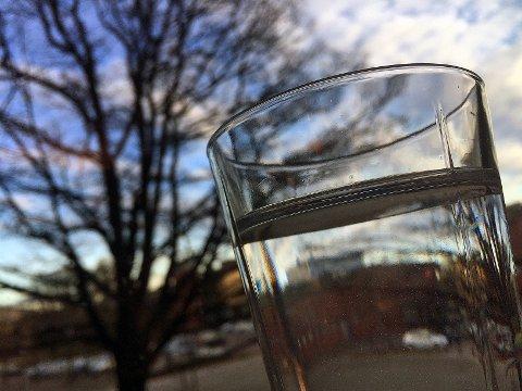 Et glass med drikkevann fra Askim.