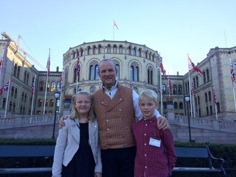 PÅ TINGET: Ole André Myhrvold med barna Alvilde Balto Myhrvold (11) og Thomas Næss (8) foran Stortinget.