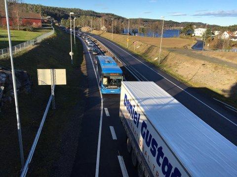 UT AV LANDET: Køen går ut av Norge på grunn av asfaltarbeid.