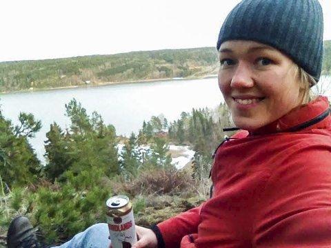 HYTTE i SKIPTVET: Den ferske stortingsrepresentanten Une Bastholm (Miljøpartiet De Grønne) bor på Grønland i Oslo, men reiser til hytta i Skiptvet når hun skal slappe av. Fra hytteveggen har hun vidt utsyn over Glomma. FOTO: Privat