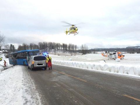 En bil og en buss har kollidert på Kallakveien, nær Kallak-krysset.