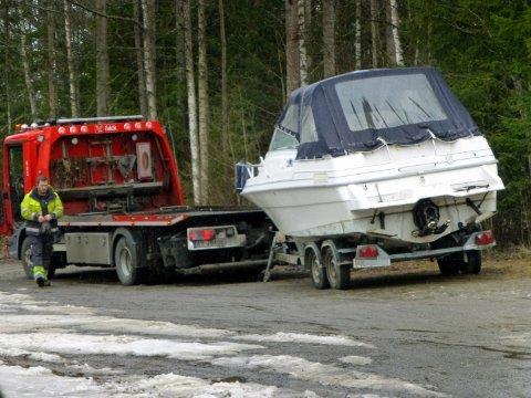 HENTET: Her hentes båten av Falch etter at den ble funnet ribbet ved Lundebyvannet.