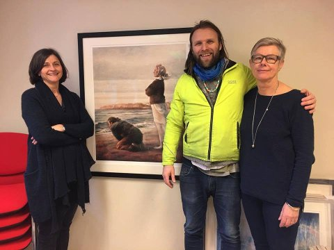 KUNSTGAVE: Reidun Heksem og Heidi Ek Guttormsen i Askim kommune mottok bildene av Aune Sand.