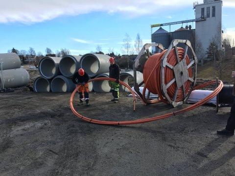 Fredrik Bekkåsen og Fredrik Johansen i Relacom jobbet på spreng for å skjøte fiberkabelen. Bruddet ble fikset og nettet kom tilbake rett etter klokken 14.00 i dag.