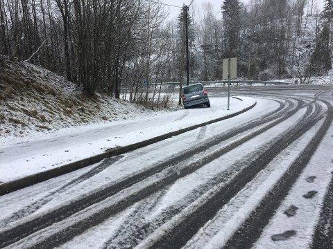 Denne bilen seilte av veien opp til Spydeberg skole mandag formiddag. Bilen traff en stolpen, men skadene ble ikke store.