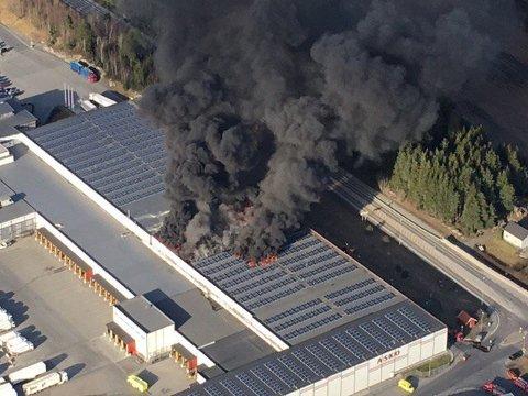 Dette bildet ble tatt fra politiets helikopter som svevde over brannen.