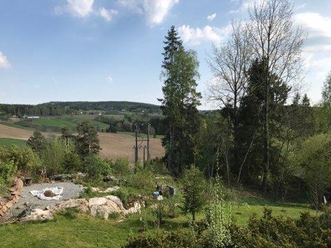KAN IKKE BYGGES: Den kommunale eiendommen som grenser til Dag Are Børresen i Furuveien 21 har store høydeforskjeller og ligger i et område utsatt for kvikkleireras.