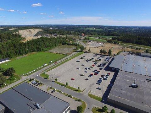 FUSJON: Eierne av Morstongveien 47 (Morenen Kjøpesenter) og Morstongveien 25 (Meieritomta) har gått sammen om å eie og utvikle hele det felles området. Området som skal bygges ut er den delen av parkeringsplassen som er nærmest Askim og Mysen Rør.