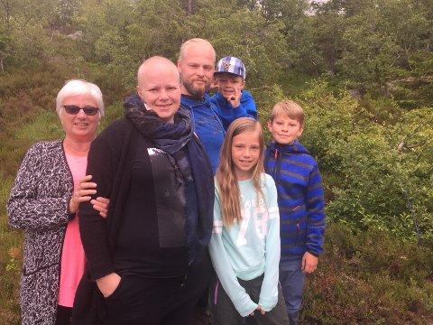 BRUKER TID SAMMEN: Akkurat nå er Tone på ferie sammen med mamma Anne Berit, lillebror Lasse, nevø Peder, og barna Kaja og Isak. Nå tilbringer familien så mye tid de kan sammen.
