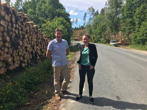 Leder i Samferdselskomiteen Olav Moe og nestleder for samferdsel i Østfold fylkeskommune, Cecilie Agnalt, gleder seg over at arbeidet er med oppgradering av tverrforbindelsen er satt i gang.
