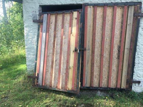 Bak denne porten sto gressklipperen lagret da den ble stjålet.