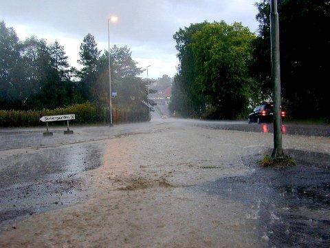 MYE REGN I VEIEN: Under en kraftig regnskyll i  Mysen samlet det seg store mengder vann i bilveien. Nå ønsker Skiptvet kommune å kartlegge hvor vannet vil samle seg når det regner like mye hos dem.