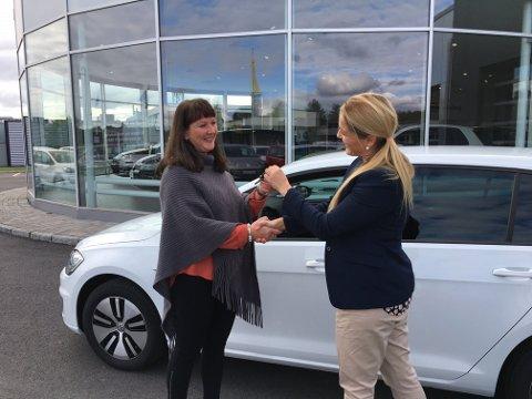 VANT BIL: Marianne J. Hermansen (t.h.) hos Fortum Norge overrekker bilnøklene til Heidi Gjertsen Gaaseby.