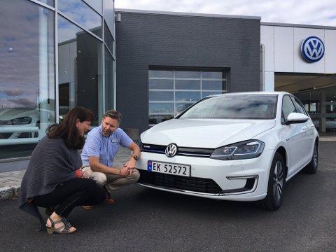 OPPLÆRING: Espen Henriksen hos Volkswagen Dahles Auto Sarpsborg gav instruksjoner om bilen.