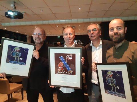 Prisvinnerne sammen med juryformann Kjell Werner. Fra venstre  Erik Wiggo Larsen (Demokraten), Tor Viskum (SA), Kjell Werner og Christian Nicolai Bjørke (NRK).