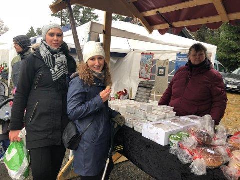 KJØPTE KAKER: Lene Hoel (i midten) kjøpte brune pinner av Solveig Langseter (t.h.). Katharina Jevanord fra Spydeberg fikk også en smaksprøve.