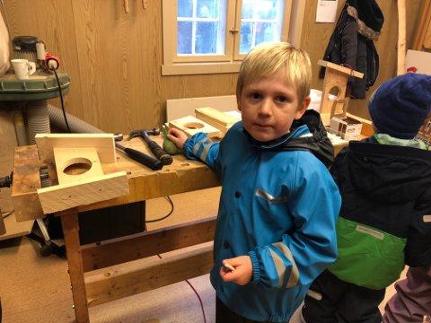 SNEKKER: Olav Bjerkli (5) fra Askim fikk prøve snekkerferdighetene sine i snekkerverkstedet hos husflidslaget.