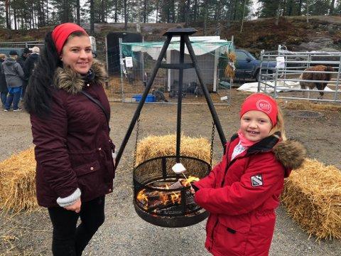 GRILLING: Malin Tromop Hansen og Belinda Tromop Ruud (7) fra Rakkestad grillet marshmallows og varmet seg ved bålet.