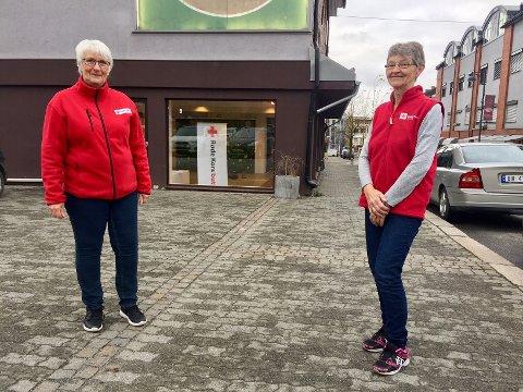Ragnhild Johanne Kruse (f.v) og Gerd Heimseter utenfor de nye butikklokalene til Røde Kors. De satser på å åpne 29. november.