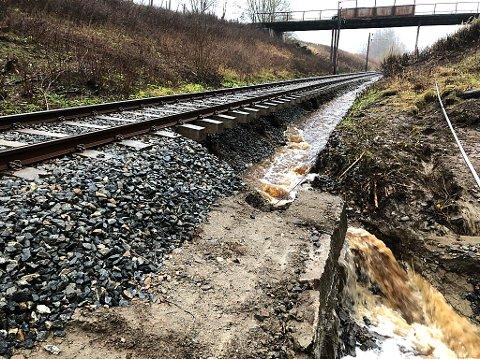 Slik så det ut da regnvannet hadde herjet langs jernbanesporet i Eidsberg søndag for halvannen uke siden.