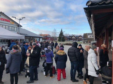 STORT OPPMØTE: Mange fra Spydeberg ville sikre seg billige festivalpass lørdag formiddag.
