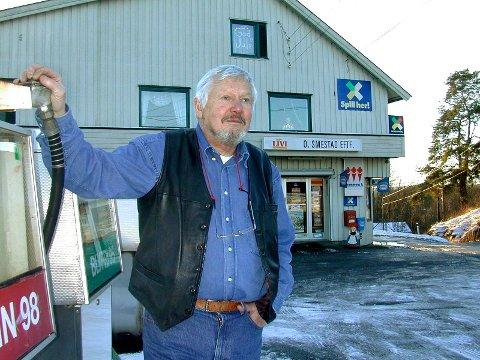 SOLGTE BENSIN: Trond Smestad solgte ikke bare melk og brød, men også bensin. Pumpene måtte han slåss hardt for å beholde, godt støttet av en folkeaksjon. Lekum passet ikke inn i oljeselskapets moderne konsept. ARKIVFOTO: Gunnar Fjellengen