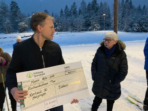 GOD TONE: Leder i skigruppa Tore-Ingar Engen og grunneier Evy Haneborg i hyggelig samtale på åpningen.