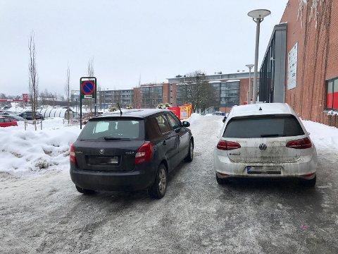 ULOVLIG PARKERING: Her har drosjesjåfør Nicolai Johansen fotografert to feilparkerte biler. Dette synet møter han ofte når han skal kjøre sine rullestolbunde kunder.