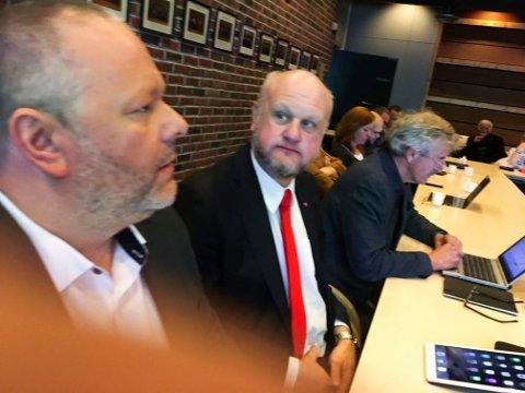 UTSETTER: Arbeiderpartiets gruppeleder, Morten Bakker (nærmest) var glad for at saken utsettes. Han la ikke skjul på at det har vært mange ulike meninger internt i partiet. Nærmest ham sitter Roy Løvstad og Terje Nilsen.