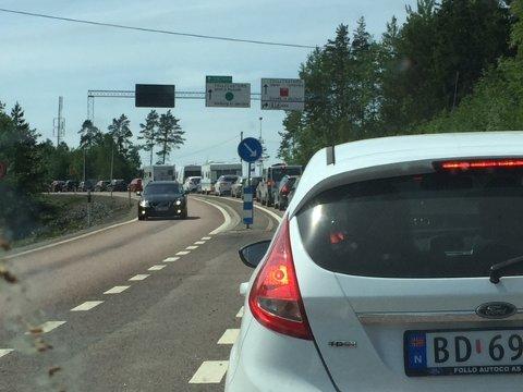Stor pinseutfart: Det er saktegående trafikk på E18 fra Sverige og inn til Norge.
