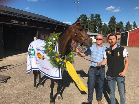 Zara Kronos sammen med deleier Ansten Østbye og sønnen Harald etter seieren i E3-finalen på Färjestad. Foto: Privat.