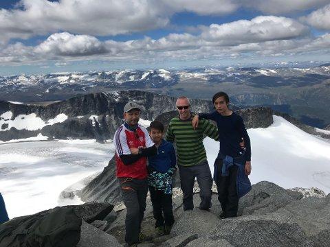 FJELLFOLK: Her ser man Lars Oraug Lottrup, Robin Lottrup, Sigmund Hansen og Kevin Hansen Gonzaga på toppen av Norges høyeste fjell, Galdhøpiggen.