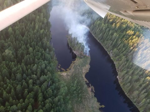 Skogbrannflyet tok dette bildet av brannen ved Kløftetjern i Follo. Brannmennskapene har nå kontroll og driver med etterslokking.